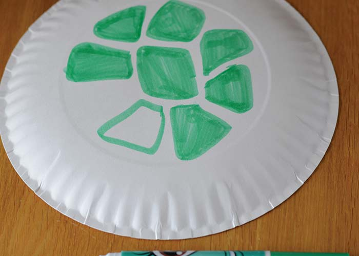 Making the shell & Paper Plate Turtle Craft - Easy Peasy and Fun