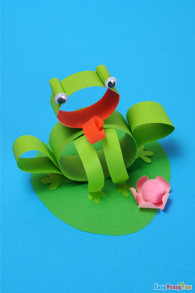 DIY Frog on a Water Lily Craft made with Paper Strips